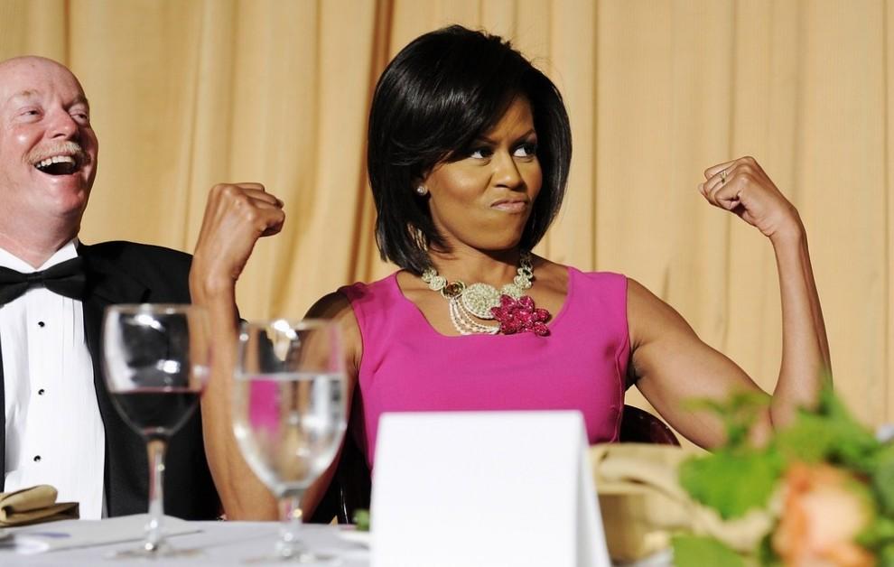 17. Первая леди США Мишель Обама реагирует на шутку по поводу того, что она любит носить платья без рукавов на приеме для прессы в Белом доме в Вашингтоне 9 мая 2009 года. (REUTERS/Jonathan Ernst)