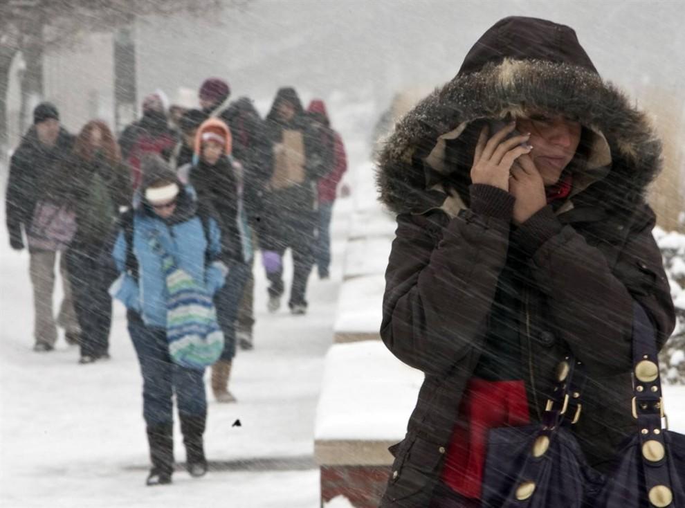 14. Студенты идут против снега в кампусе университета Небраска в Омахе 8 декабря 2009 года. (Nati Harnik / AP)