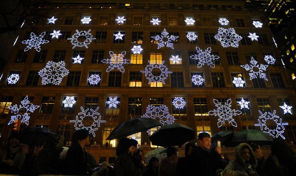 18. Зрители проходят мимо Пятой Авеню перед началом 77-ой ежегодной церемонией зажжения Рождественской елки в Нью-Йорке. (Stephen Chernin / AP)