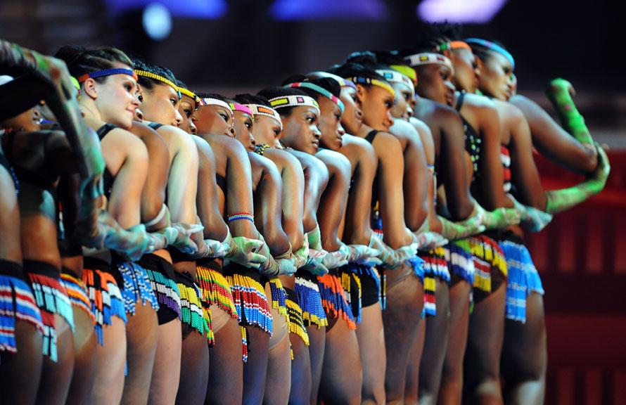 18. Танцовщицы выступают на жеребьевке команд на Чемпионат мира по футболу 2010 в Международном выставочном центре в Кейптауне, ЮАР. (Photo by Shaun Botterill/Getty Images)