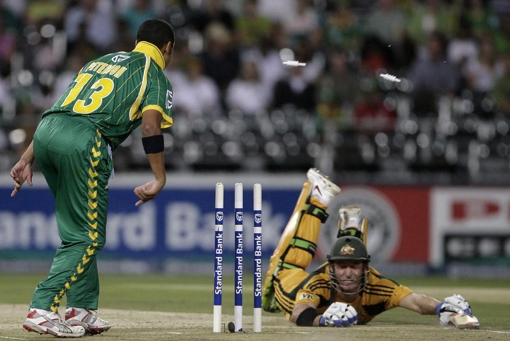 18. Майкл Хасси из Австралии (справа) был побежден Йоханом Ботой (нет на фото) из ЮАР во время первого матча по крикет в Йоханнесбурге 27 мата 2009 года. (REUTERS/Siphiwe Sibeko)