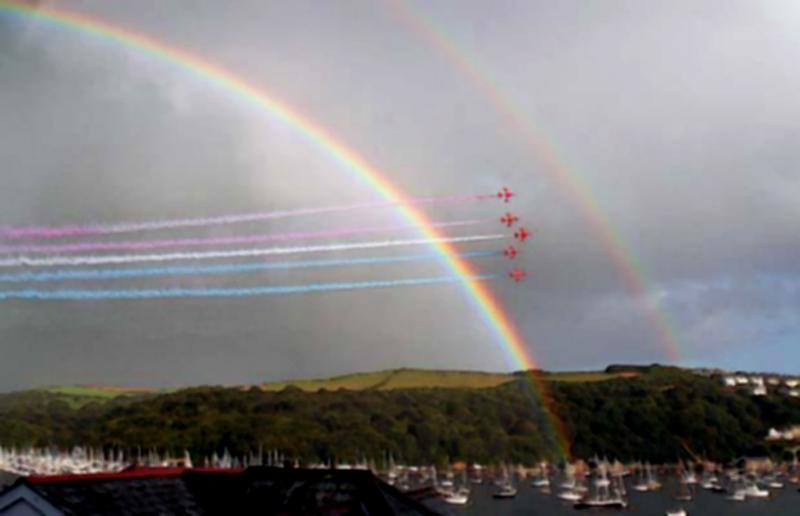 """16) Авиагруппа """"Красные стрелы"""" движется к устью Фовей (Fowey) под красочной радугой во время ежегодной регаты в городе Корниш (Cornish). (APEX)"""