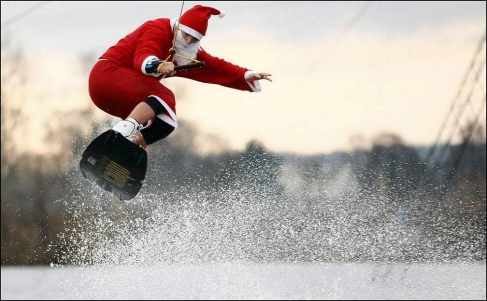 5) Санта-Клаус на вейкборде в немецком городе Гамбург, 6 декабря 2009. (REUTERS/ Christian Charisius)