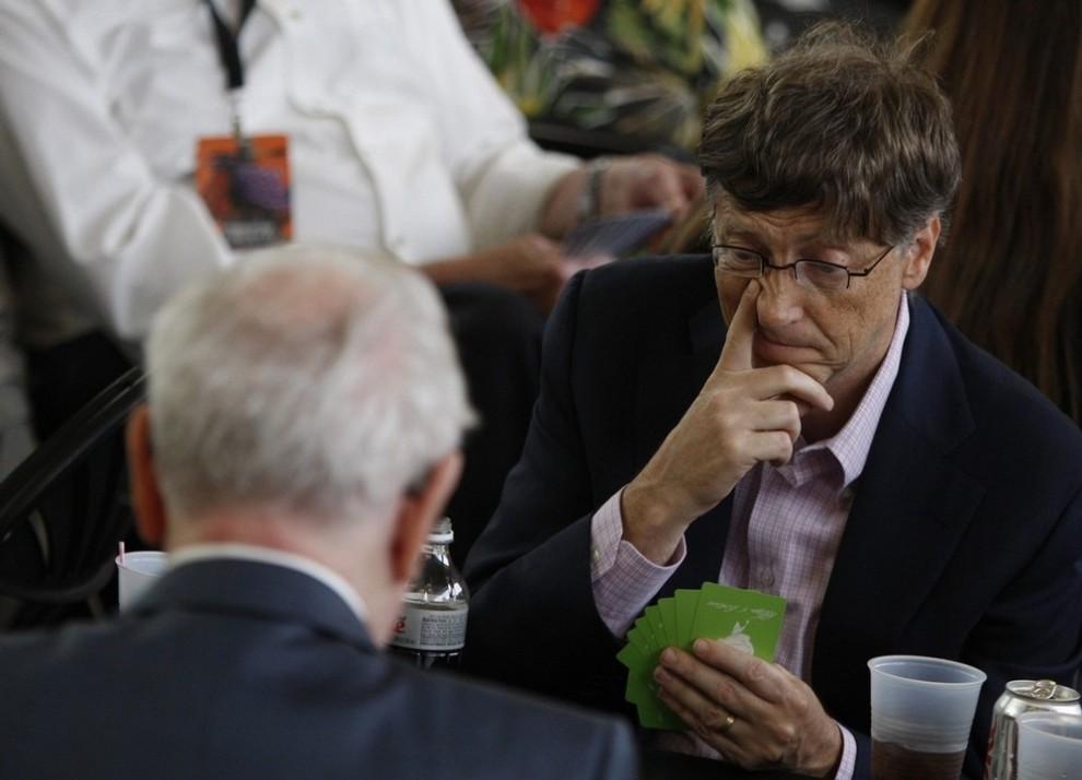 18. Основатель компании «Microsoft» Билл Гейтс во время игры в бридж с миллиардером Уорреном Баффетом (слева) на ежегодном собрании акционеров «Berkshire Hathaway» в Омахе, штат Небраска, 3 мая 2009 года. (REUTERS/Carlos Barria)
