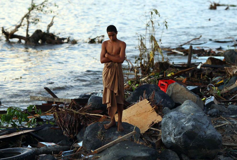 18) Мужчина смотрит на обломки после землетрясения силой 8,3 балла по шкале Рихтера. Землетрясение вызвало цунами, высота волн достигала 1,5 метра. (Phil Walter/Getty Images News/ fotobank.ua / 30 сентября 2009/ Самоа)