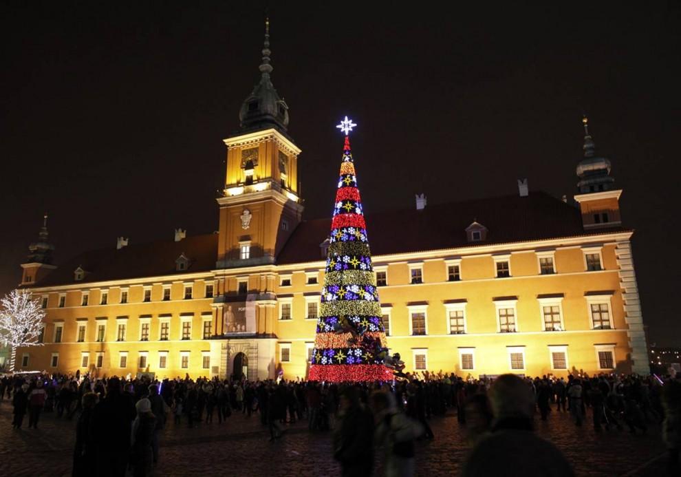 19. Люди пришли на официальную церемонию включения Рождественской елки перед Королевским дворцом в Варшаве 5 декабря. (Kacper Pempel / Reuters)