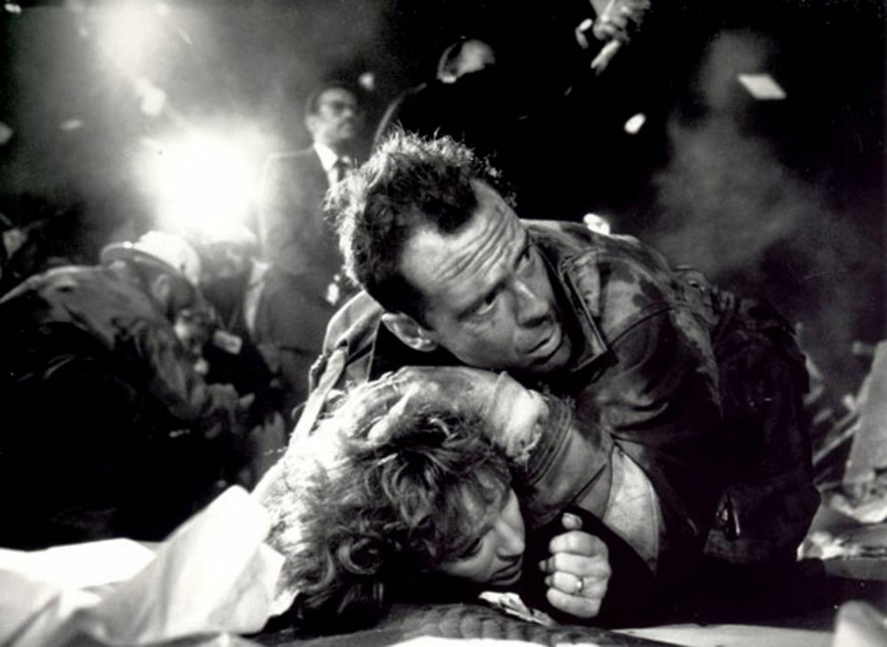 19. В фильме «Крепкий орешек» (1988) нет недостатка в экшене, когда в дело вступает Брюс Уиллис, играющий полицейского, пытающегося спасти заложников в Лос-анджелесском небоскребе, захваченном террористами накануне Рождества. (20th Century Fox)