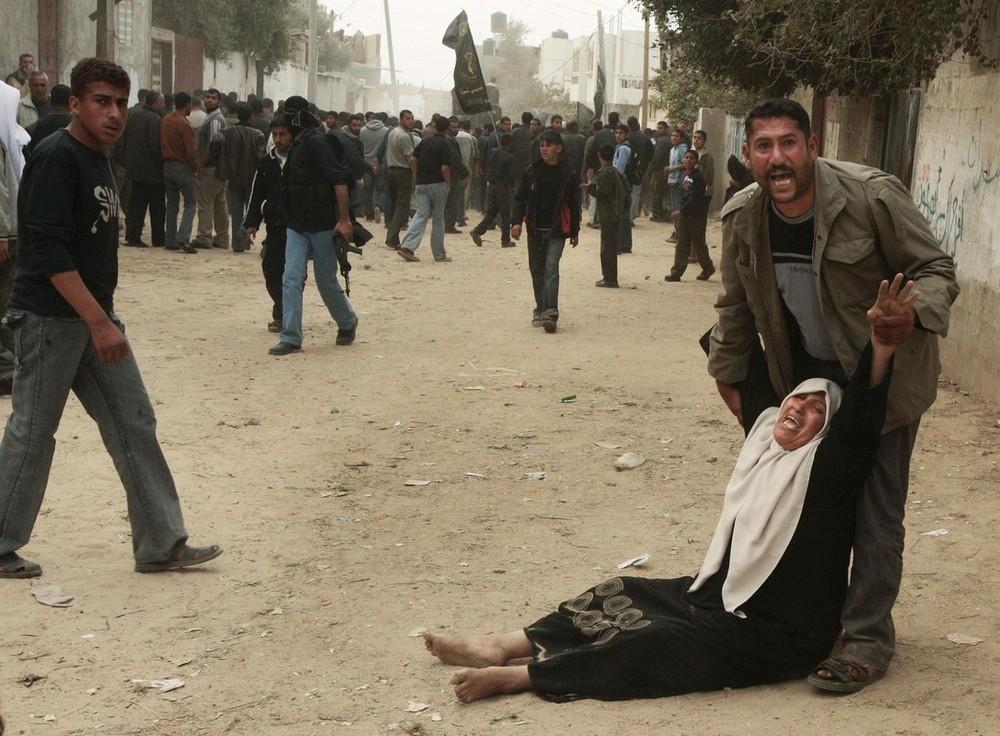 19. Исламистский джихад Кхалед ал-Кафарна скорбит на похоронах в северном городе Газы Бейт Ханун 9 февраля 2009 года. Исламский джихад заявил, что израильские военные убили палестинского боевика, пытавшегося напасть на израильский патруль вдоль границы с Сектором Газа, где правят члены «Хамаса». Израильские военные, в свою очередь, сообщили, что убили террориста, пытавшегося пересечь границу с Газой. (REUTERS/Suhaib Salem)