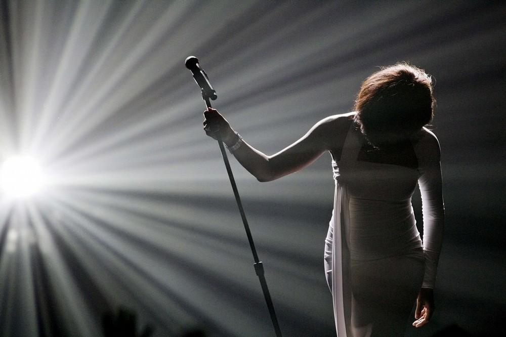 """19) Уитни Хьюстон кланяется после исполнения песни """"I Didn't Know My Own Strength"""" на церемонии вручения музыкальных наград «American Music Awards 2009» в Лос-Анджелесе 22 ноября 2009 года. (REUTERS/Mario Anzuon)"""