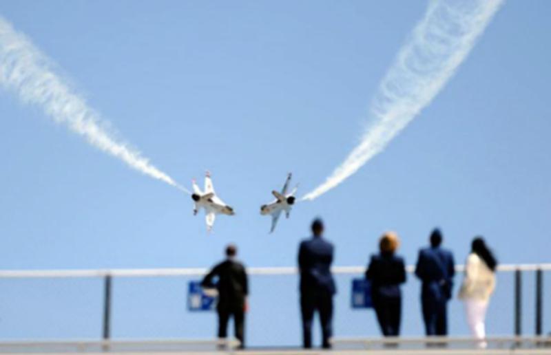 17) Маневрирование над стадионом Фалькон после окончания церемонии 2009 года ВВС США около Академии Колорадо-Спрингс. (AP)