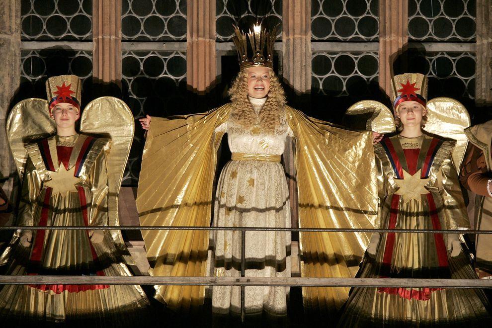19) Открытие Christkindlmarkt - новогодней ярмарки. Организаторы ожидают, что до Рождества ее посетят 2 миллиона людей. (EPA / 27 ноября 2009/ Германия)