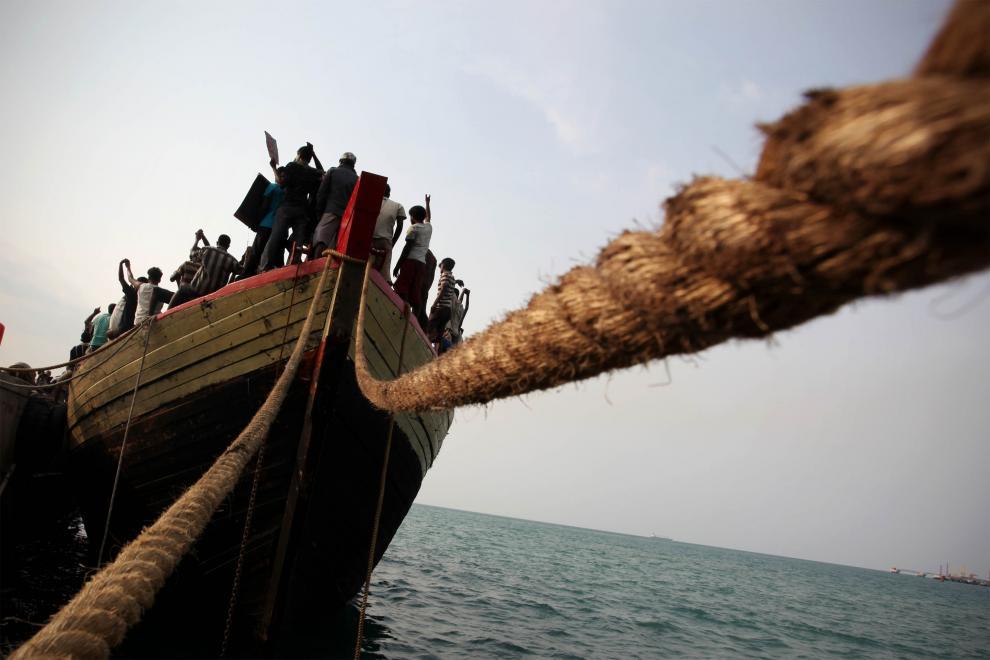 19) Беженцы держат плакаты с просьбами о помощи. 253 беженца со Шри-Ланки, среди них 31 ребенок, были задержаны индонезийскими военно-морскими силами. (Ulet Ifansasti//Getty Images News/ fotobank.ua / 28 октября 2009/ Индонезия)