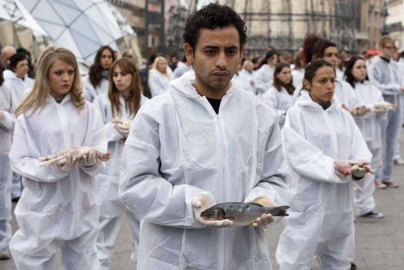 """2) Активисты из """"Igualdad Animal"""" (Равенство животных), каждый из которых нес в руках тельце мертвого животного, вышли 6 декабря на мадридскую площадь, чтобы выразить свой протест. (REUTERS/Paul Hanna)"""