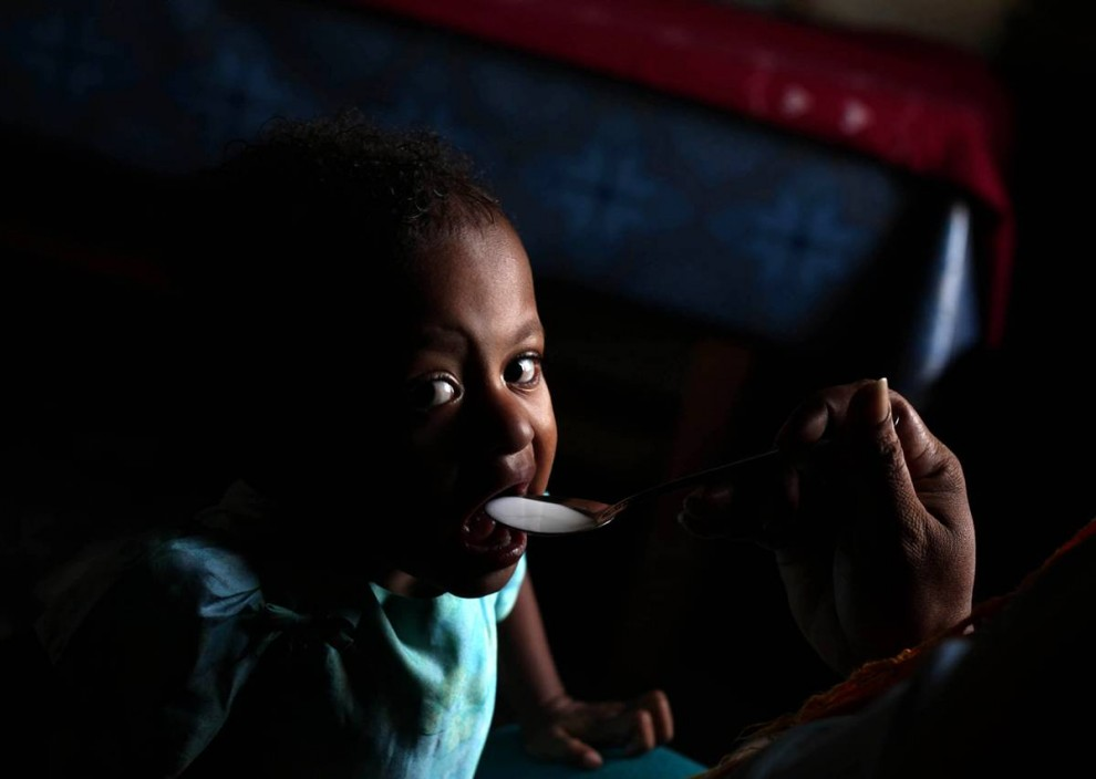 20. Сафира ВИЧ-инфицирована с рождения. Ее родители умерли от СПИДа в Мерауке, Западное Папуа, недалеко от Джаупура, Индонезия. (Ulet Ifansasti / Getty Images)