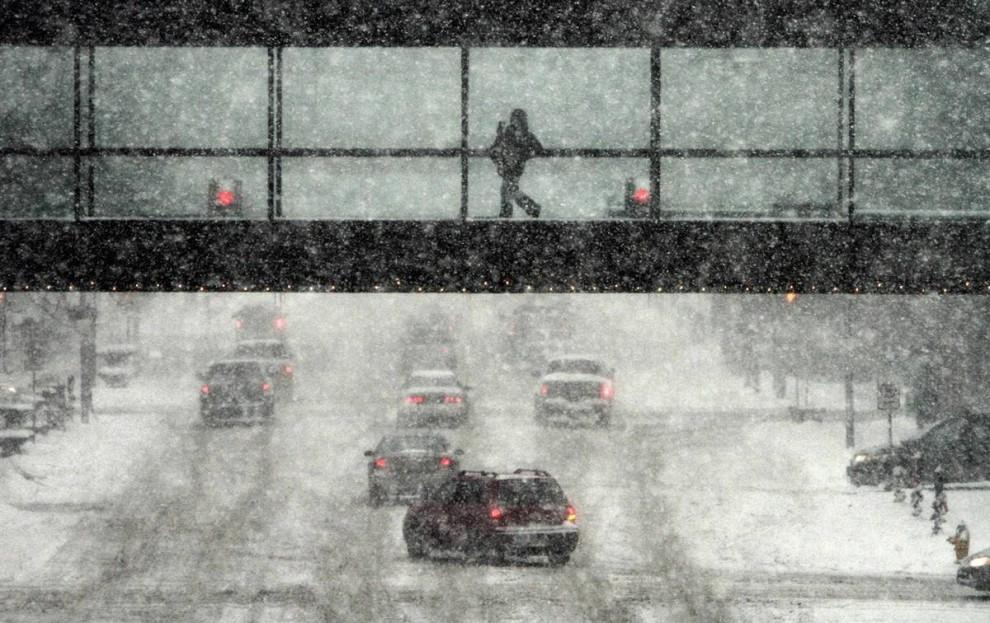 17. Девушка идет по наземному переходу во время снегопада в Де-Мойне, штат Айова. (Charlie Neibergall / AP)