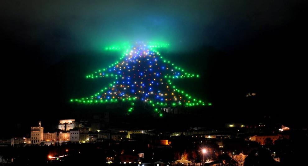 20. Огни в форме Рождественской елки украшают склоны горы Инджино в Губбио в округе Перуджа в Италии 7 декабря. Дерево в 650 метров длиной останется на горе до 10 января. (Pietro Crocchioni / EPA)