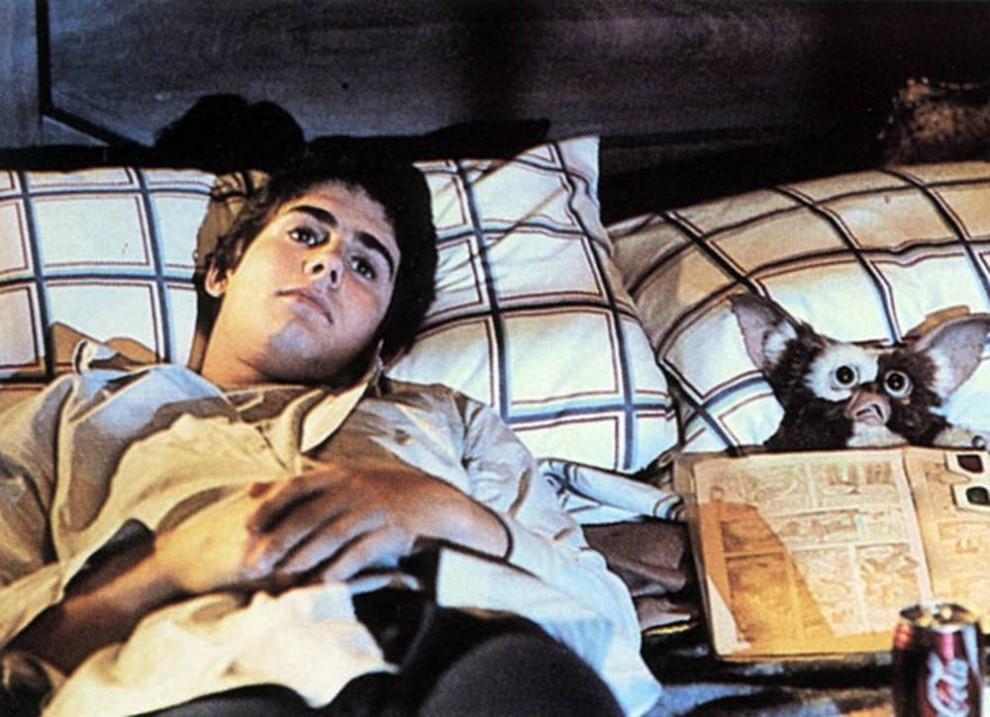 20. Весь город переворачивается вверх дном, когда мальчик Билли (Зак Галлиган) нарушает три важных правила обхождения со своим новым питомцем, и в городе начинается настоящая разруха в фильме 1984 года «Гремлины». (Warner Bros.)