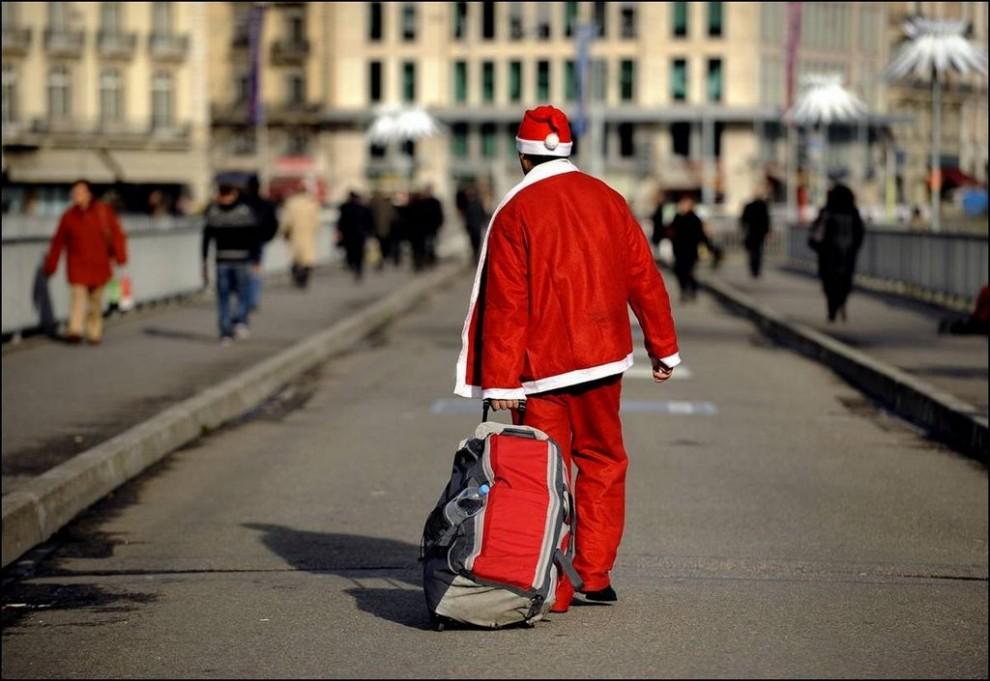 4) Человек в красном костюме Санта Клауса идет по одной из улиц Женевы. (Fabrice Coffrini / AFP - Getty Image)