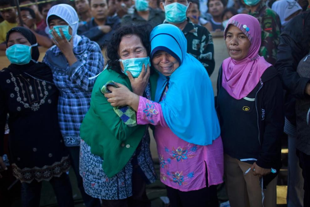 20) Местные жители оплакивают погибших в результате землетрясения во время опознания тел. (Daniel Berehulak/Getty Images News/ fotobank.ua /2 октября 2009/ Индонезия)