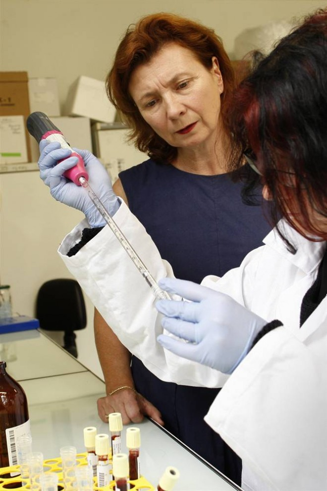 21. Натали Картье из университета Парижа работает в исследовательской лаборатории университета. Ученым удалось остановить редкое и смертельное заболевание мозга с помощью экспериментальной техники генотерапии, используя дезактивированную версию вируса СПИДа. (Benoit Tessier / Reuters)