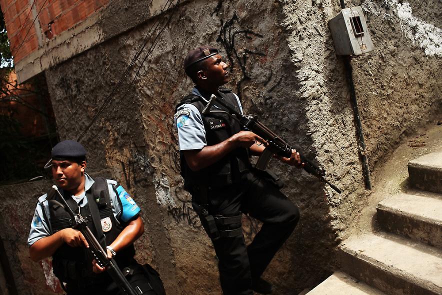 21. Офицеры полиции проверяют район трущоб Вавилония в Рио-де-Жанейро, недавно «зачищенный» от преступных группировок. (Photo by Spencer Platt/Getty Images)