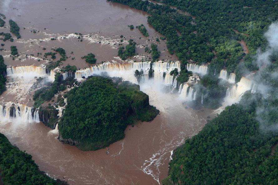 20) Водопад Игуасу - один из самых больших в мире и самых известных водопадов. Он расположен приблизительно в 24 километрах от того места, где река Игуасу впадает в Парану и находится на границе Аргентины и Бразилии. (AP Photo/Jorge Saenz)