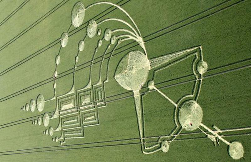 20) Круги на полях около 500 футов в длину и 250 футов в ширину в Алтон Барнерс (Alton Barnes) вблизи Марлборо, Вилшайя (Marlborough, Wiltshire). (APEX NEWS)