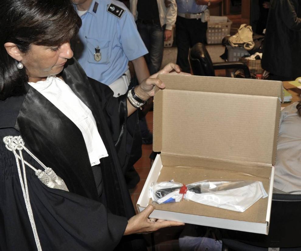 21. Прокурор Мануэла Комоди демонстрирует нож, которым была убита Мередит Керчер, на слушании дела в Перуджи 19 сентября 2009 года. Нож, завернутый в полиэтилен, был показан жюри присяжных в составе восьми человек. (Stefano Medici/AP)