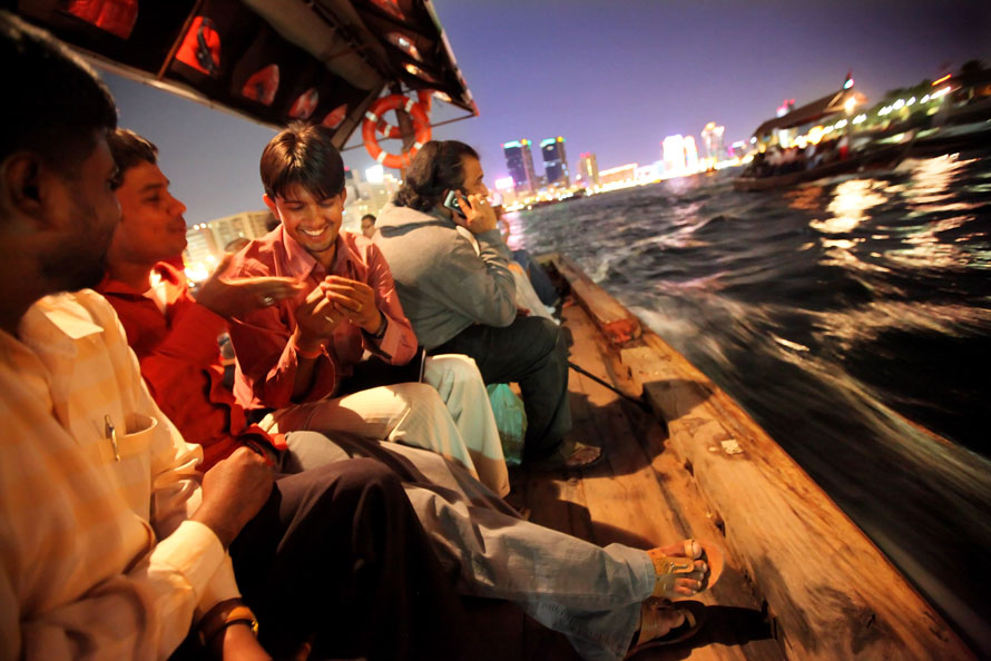 21. Индийцы возвращаются домой по бухте Дубай после работы в Дубае, ОАЭ. Индийских рабочих Дубай привлекает заработными платами значительно более высокими по сравнению с зарплатами в Индии. На этой неделе фондовые биржи в Дубае и Абу-Даби резко упали после того, как государственная компания «Dubai World» попросила отсрочки долга в размере 35 миллиардов фунтов стерлингов. Экономика Дубая, годами процветавшая до этого, недавно заметно упала, когда мировой рынок начал реагировать на глобальный экономический кризис. (Photo by Dan Kitwood/Getty Images)