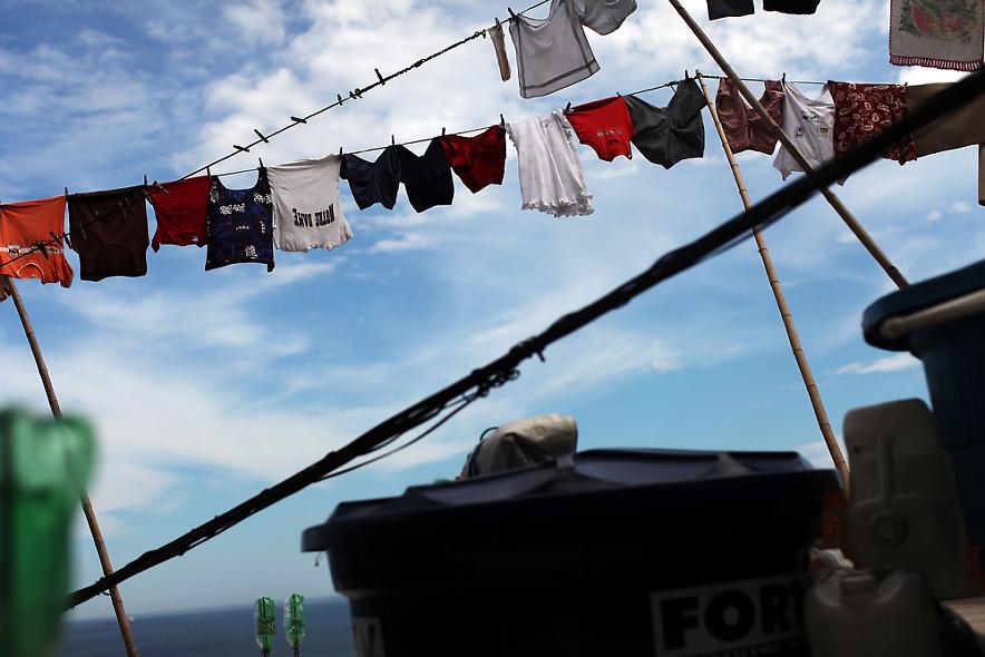 22. Белье сушится на веревке в недавно «зачищенном» районе трущоб Вавилония 3 декабря 2009 года в Рио-де-Жанейро. (Photo by Spencer Platt/Getty Images)