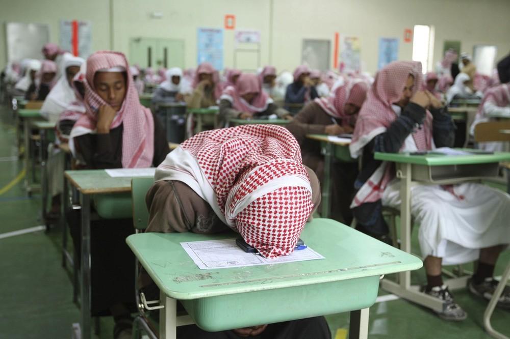 22. Ученики средней школы ждут начала экзамена в государственной школе в Эр-Рияд 7 февраля 2009 года. Десятки тысяч учеников начальных, средних и старших школ Саудовской Аравии приступили к своим недельным экзаменам посреди четверти. (REUTERS/Fahad Shadeed)