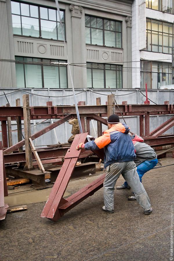 22) Но работа на месте не стоит и вот рабочие уже поднимают очередную конструкцию на крышу театра