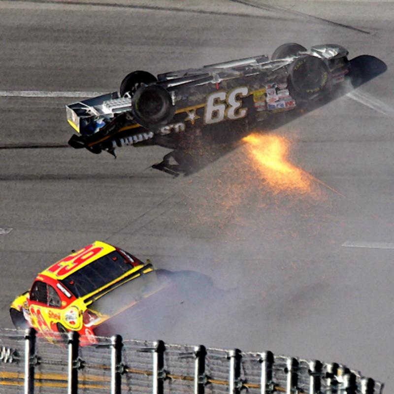 20) Райан Ньюман (Ryan Newman) летит с горки вниз головой по трассе после столкновения с Кевином Харвиком (Kevin Harvick) в ходе соревнований Dickies 500 NASCAR Sprint Cup Series на Talladega Superspeedway в Алабаме. (AP)