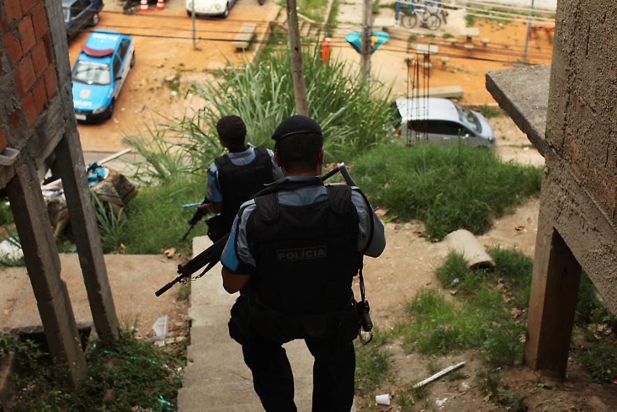 23. Полицейские проверяют улицы трущоб, или по-португальски «фавел», Вавилонии 3 декабря 2009 года в Рио-де-Жанейро. (Photo by Spencer Platt/Getty Images)