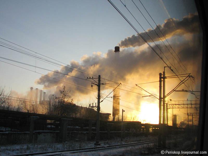 23) Перед Тверью стало светать, а за ней - и совсем рассвело. Вот вам зарево восхода солнца близ станции Клин.