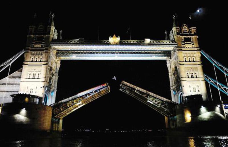21) Австралийская звезда мотокросса Робби Мэддисон (Robbie Maddison) прыжком преодолевает открытую SPAN башню лондонского моста. (PA)