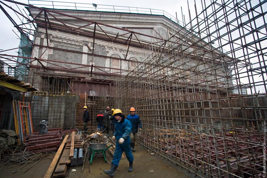 """23) На крыше пока что """"не густо"""" - идет вязка арматурных сеток, установка опалубки, монтаж несущих крепей"""