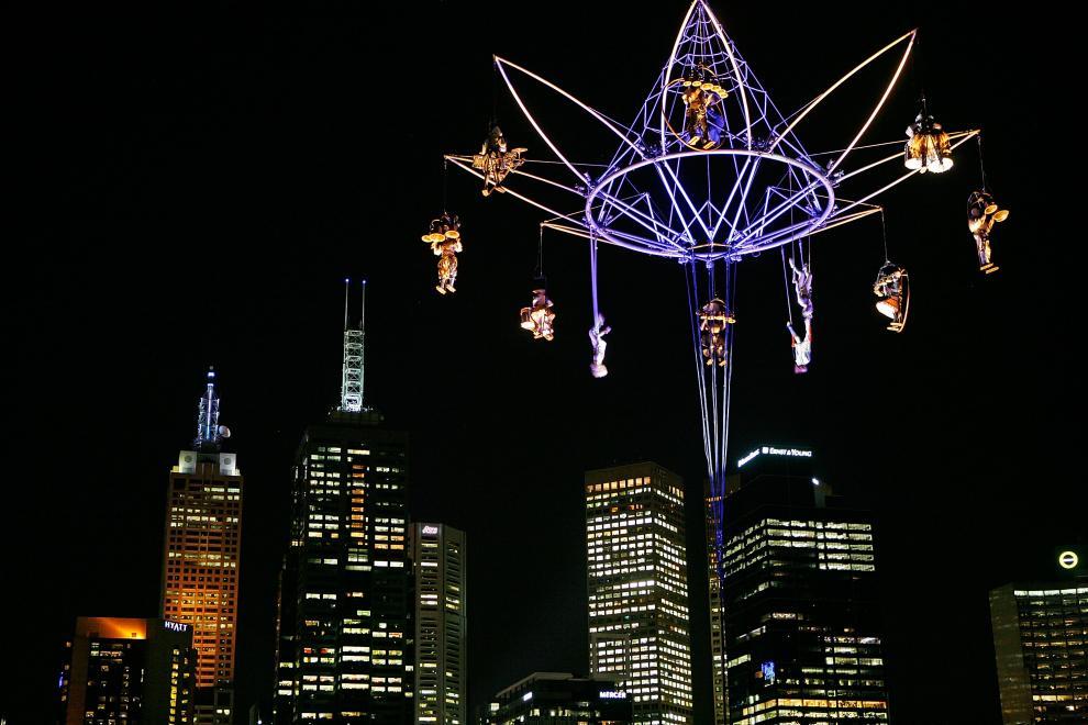 23) Артисты из Transe Express показывают представление во время Международного фестиваля искусств в Мельбурне. Представление проходит на высоте 40 метров. (Scott Barbour/Getty Images News/ fotobank.ua / 9 октября 2009/ Австралия, Мельбурн)