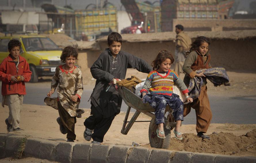 22) Дети афганских беженцев играют в бедном районе города Равалпинди, Пакистан. (AP Photo/Vincent Thian)