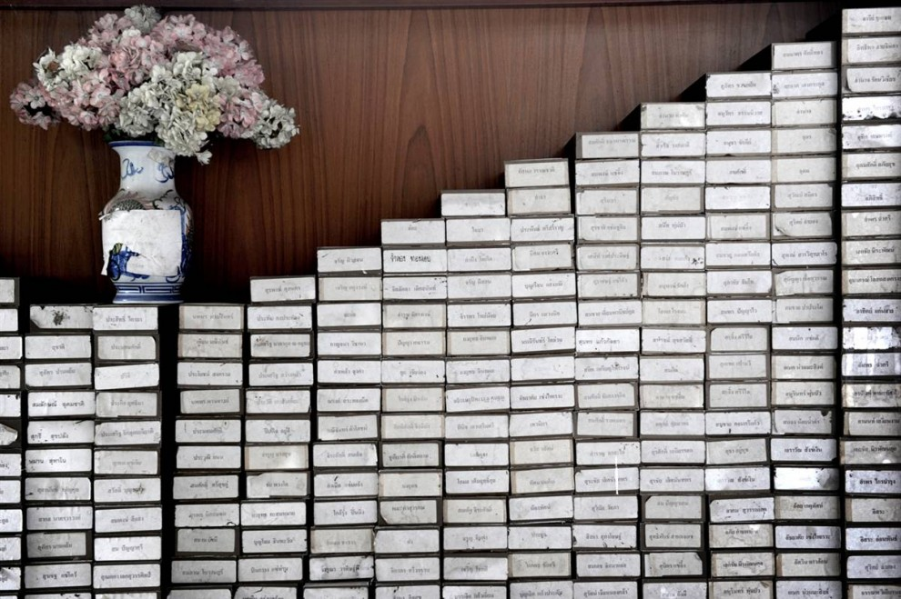 24. Именные коробки с прахом хранятся в храме хосписа для больных СПИДом на территории буддистского храма Ват Пхра Бат Нам Пху в Лопбури. Эти коробки должны забрать родственники покойных. (Nicolas Asfouri / AFP - Getty Images)