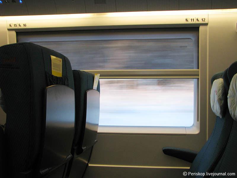 """24) Фото в """"за окно"""" на скорости 200 км/ч. Всё сливается в белую полосу."""
