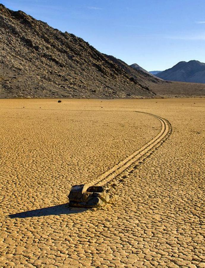 23) Средь жуткой тишины и зноя в Долине Смерти Калифорнии движутся прокатные породы Биззар (Bizzare) структур через ультра-плоскую поверхность долины. (CATERS)