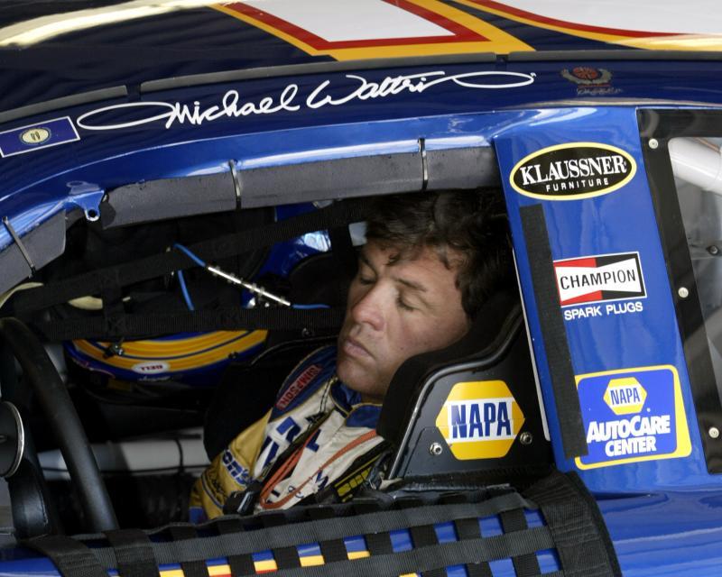 22) Двукратный чемпион «Daytona 500» Майкл Волтрип дремлет, пока ремонтируют его автомобиль на чемпионате «NASCAR Nextel Cup Happy Hour» на Международном треке Дэйтона в Дэйтона Бич, Флорида 19 февраля 2005 года. (UPI Photo/Martion Fried)