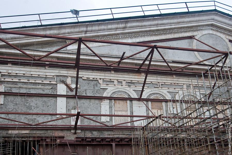 """24) От старой, """"оригинальной"""", части театра осталось, на самом деле совсем немного - несущие стены здания, фронтон, да и несколько корридоров, лестниц"""