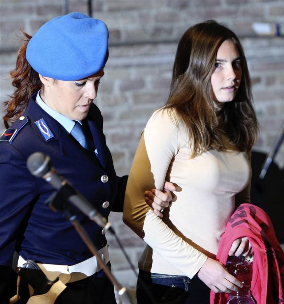 24. Подозреваемая в убийстве Аманда Нокс из США прибыла в сопровождении полиции в суд Перуджи в пятницу 20 нобря 2009 года. Итальянские прокуроры начали обвинительные речи в адрес обвиняемой. (Alessandra Tarantino/AP)