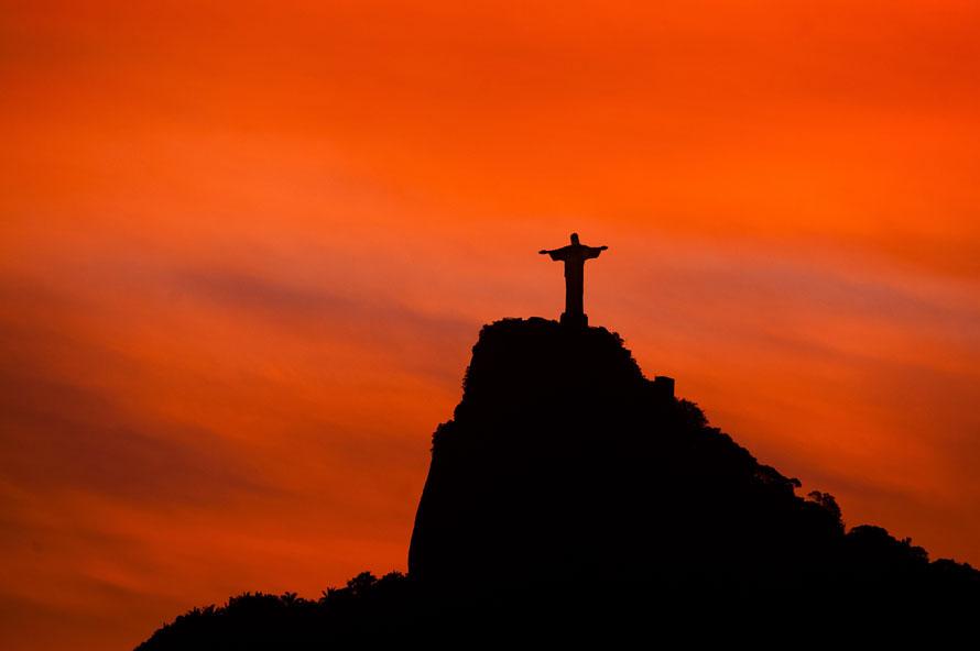 23) Статуя Христа Спасителя в Рио-де-Жанейро на закате солнца. (AP Photo/ Felipe Dana)