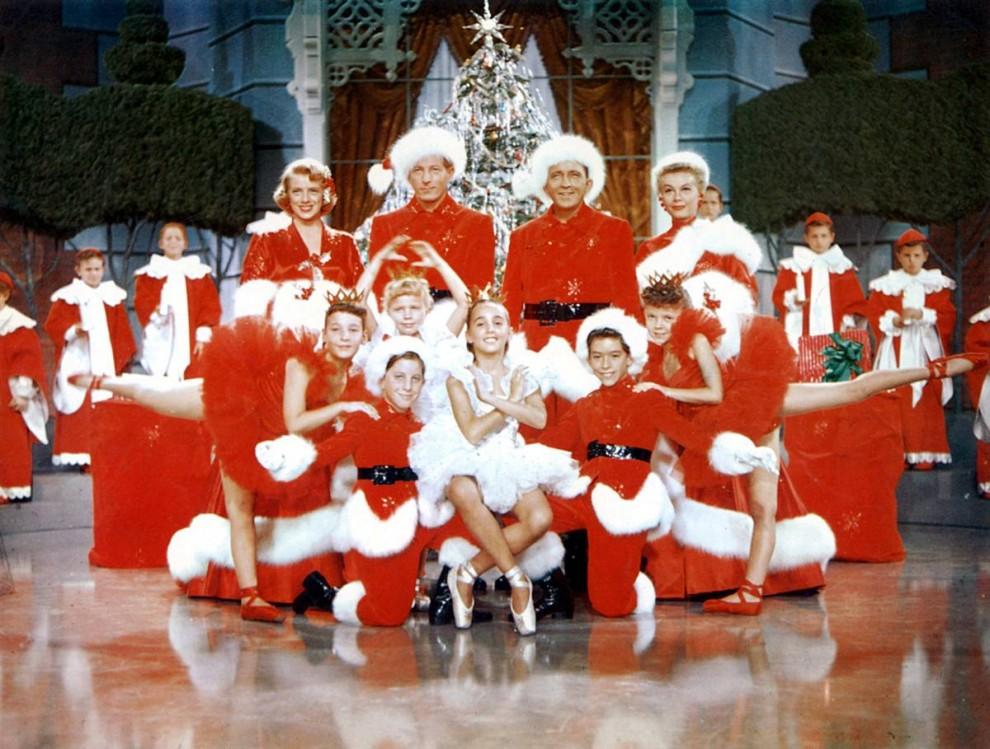 24. В классической картине 1954 года «Белое Рождество» Дэнни Кэй и Бинг Кросби снялись в роли артистов, объединившихся после Второй мировой войны с сестрами (Вера-Эллен и Розмари Клуни) и отправляются в Вермонт на Рождество. (Paramount Pictures via Everett Collection)