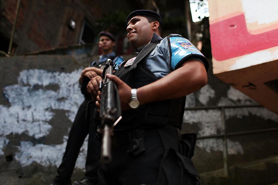 25. Полицейские патрулируют районы трущоб Вавилония 3 декабря 2009 года в Рио-де-Жанейро. (Photo by Spencer Platt/Getty Images)