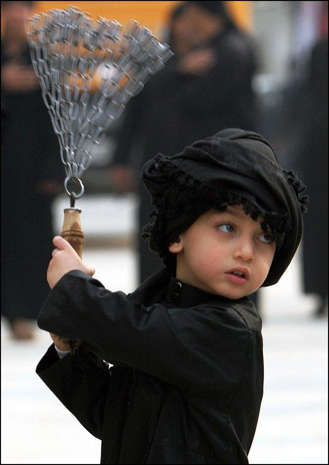 25) © Ahmed al-Husseini, AP / / anak Syiah menyiksa diri mereka dengan rantai.