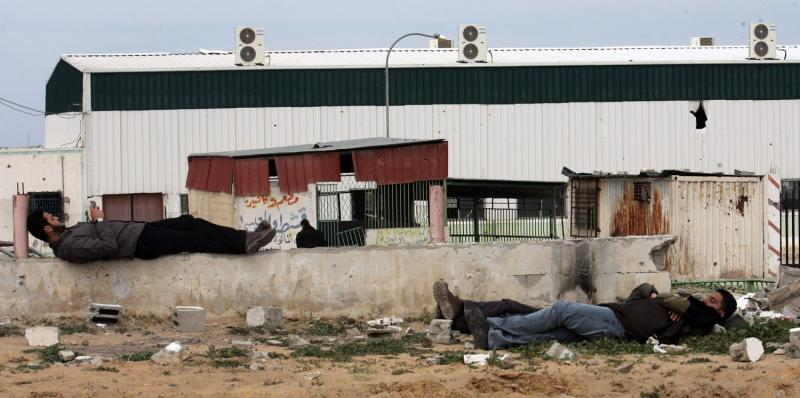 23) Палестинцы заснули в ожидании эвакуации с границы Рафах с Египтом за помощь в различных арабских странах 19 марта 2009 года. Египет снова открыл границу Рафах с Сектором Газа на два дня, чтобы позволить перейти ее студентам и больным. (UPI Photo/Ismael Mohamad)